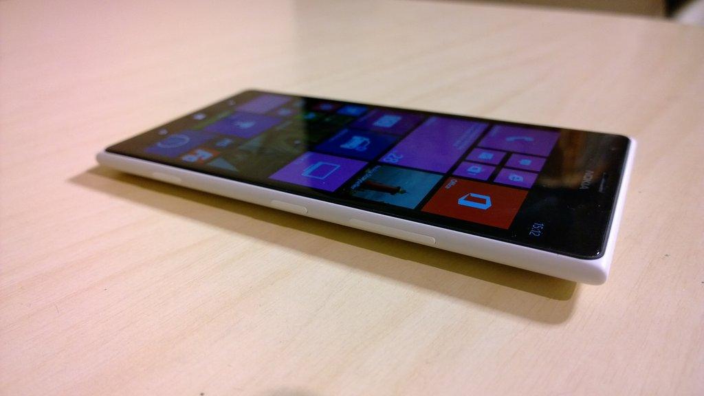 Nokia Lumia 1520 - Toiselta kyljeltä löytyvät paikat nano-SIM-kortille ja microSD-kortille.