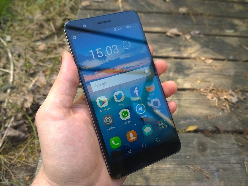 Huawei Honor 6+ kädessä