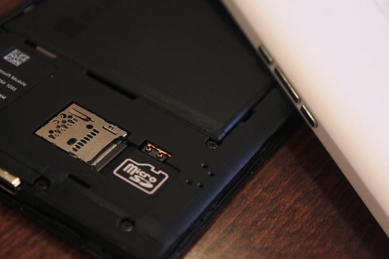 Microsoft Lumia 950 XL - muistikorttipaikka
