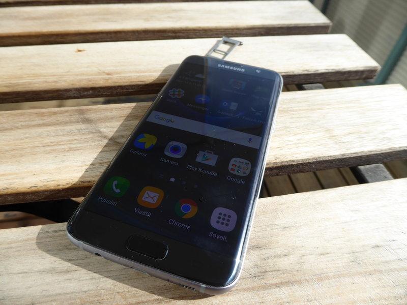 Samsung Galaxy S7 edge - pöydällä